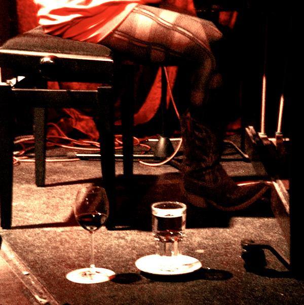 Wieder was gelernt: Das Wasser nie auf das Klavier stellen und im Jazz-Club gehen auch solche Stiefel