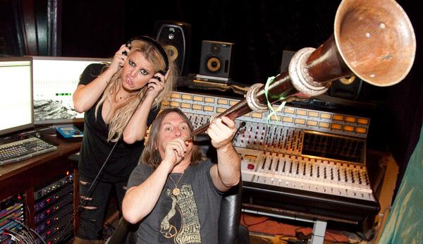 Jessica Simpson und Kerry Brown im Studio