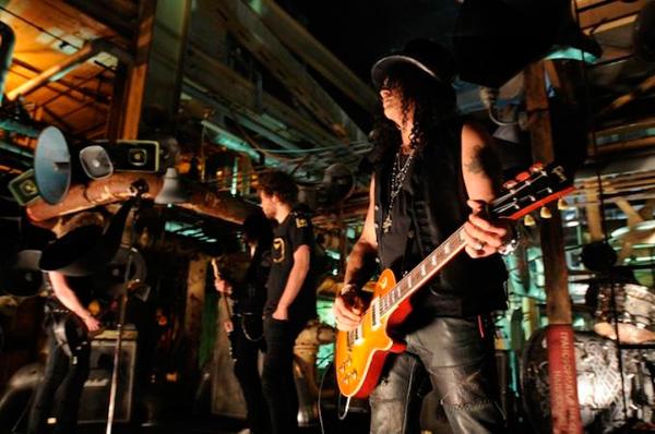 Slash beim Videodreh zu By the Sword zusammen mit Andrew Stockdale –inzwischen ohne Löwenmähne  von Wolfmother